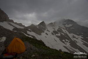 Mit Zelt im Gewitter und Wind auf dem Lisengrat am Säntis.