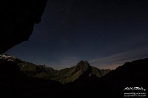 Höfats bei Nacht unter Sternenhimmel.