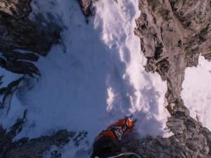 Sieht nicht weit aus, ohne etwas zum Greifen und mit sechshundert Meter Luft unter der Fußsohle aber doch nicht so easy. Für mich zumindest.