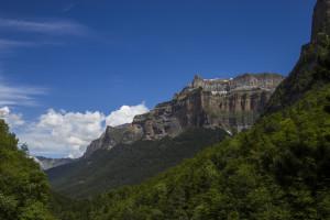 Wer ganz genau schaut, sieht am obersten Felsriegel wiederum ganz oben ein Band - die Faja de las Flores!