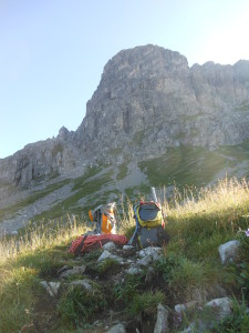 Wir lassen unser Zeug am Normalweg und steigen die restlichen Meter über Geröll und brüchiges Schrofengelände  mit Seilen am Rücken hoch.