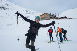 Die Kamera auf Skitour vor der Brust transportiert.
