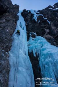 Die ersten Meter Eisklettern in der PIOVRA im Langental, Südtirol.