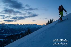 Während der Himmel gerade rosa wird, legen wir die letzten Meter zum Rangiswanger Horn auf Ski zurück.
