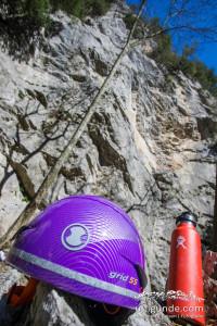 Helm von Skylotec und Thermoflasche von Hydro Flask