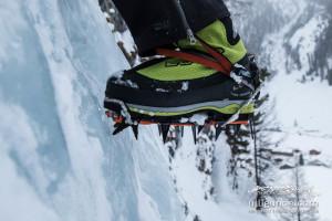 Steigeisen Lynx beim Eisklettern in Kombination mit dem Bergstiefel Latok von Lowa.