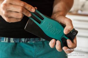 Per Gummihalterung wird das Handy am Zlagboard montiert.