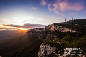 Sonnenuntergang über den Felsen von La Mussara in Spanien.