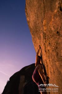 Bouldern im Abendlicht in El Cogul, Spanien.
