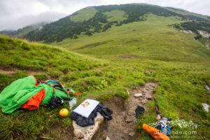 Ein Trekkingstock beim Trekking.