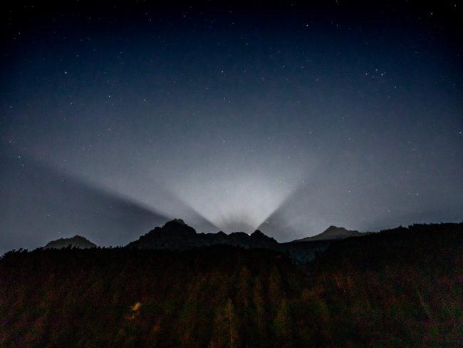 Vollmond Strahlen Schatten Berge Silhouette