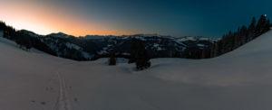 Panorama vom Sonnenaufgang in den Bergen