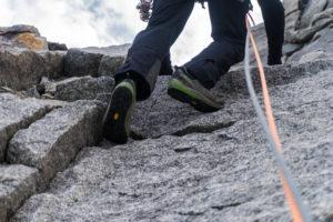 Mit Zustiegsschuhen durch die Fußsteinkante