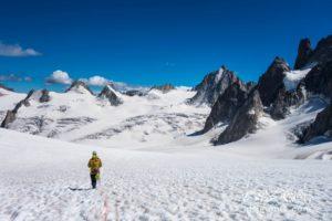 Langer Weg zurück. Im Abstieg vom Teufelsgrat durchqueren wir das gesamte Gletscherbecken zwischen Aguille de Midi und Pointe Helbronner.