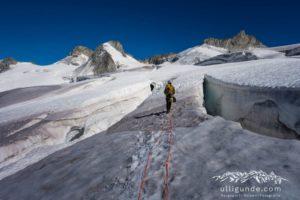 Riesige Gletscherspalten, im Hintergrund die Pointe Helbronner mit Gondel.