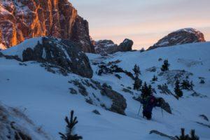 Sonnenaufgang in Südtirol im Zustieg zum Eisklettern