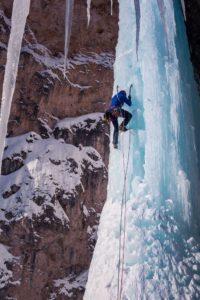 Frau im Vorstieg beim Eisklettern