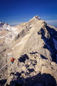 Kurz vor dem ersten Biwakplatz am Jubiläumsgrat, im Hintergrund die Zugspitze