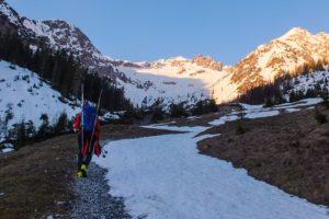 Frühlingsskitour im Lechtal - erstmal die Ski tragen