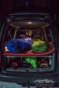 Bett im VW Caddy im Einsatz beim Eisklettern